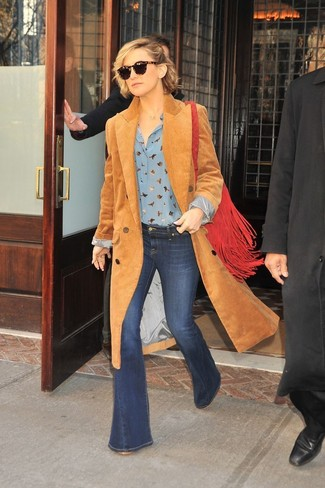 Cómo combinar: bolso bandolera de ante сon flecos rojo, vaqueros de campana azul marino, blusa de botones estampada celeste, abrigo de pana marrón claro
