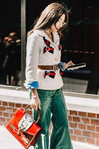 Cómo combinar: bolso de hombre de cuero estampado rojo, vaqueros de campana verdes, camisa de vestir azul, chaqueta de tweed blanca