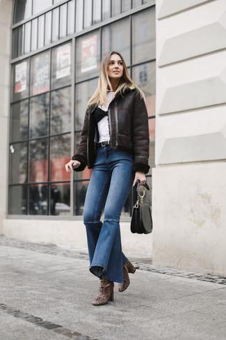 Cómo combinar: botines de cuero con print de serpiente marrónes, vaqueros de campana azules, camiseta con cuello circular blanca, chaqueta de piel de oveja en marrón oscuro