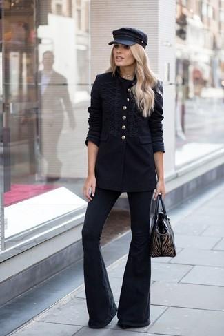 Cómo combinar: bolsa tote de cuero negra, vaqueros de campana negros, camiseta con cuello circular negra, chaqueta militar negra