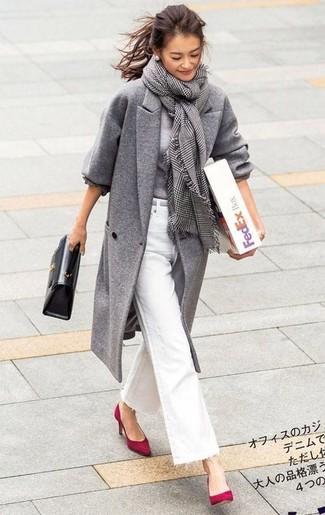 Cómo combinar: zapatos de tacón de ante rojos, vaqueros de campana blancos, jersey con cuello circular gris, abrigo gris