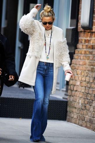 Cómo combinar: botines de ante negros, vaqueros de campana azules, jersey con cuello circular blanco, abrigo de forro polar blanco