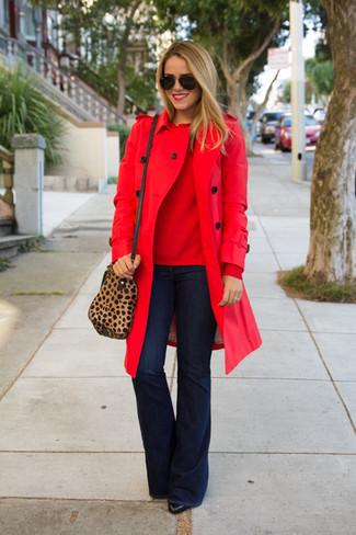Cómo combinar: botines de cuero negros, vaqueros de campana azul marino, jersey con cuello circular rojo, gabardina roja