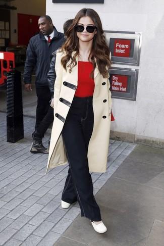 Cómo combinar: zapatos de tacón de cuero blancos, vaqueros de campana negros, jersey con cuello circular rojo, trenca en beige