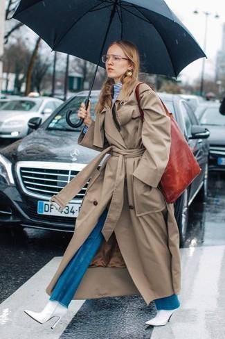 Combinar una bolsa tote de cuero roja: Intenta combinar una gabardina marrón claro con una bolsa tote de cuero roja para un look agradable de fin de semana. Botines de cuero blancos son una opción buena para completar este atuendo.