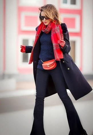 Cómo combinar: bolso bandolera de cuero rojo, vaqueros de campana negros, jersey de ochos azul marino, abrigo con cuello de piel negro