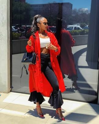 Cómo combinar: zapatos de tacón de cuero rojos, vaqueros de campana negros, top corto blanco, abrigo duster rojo