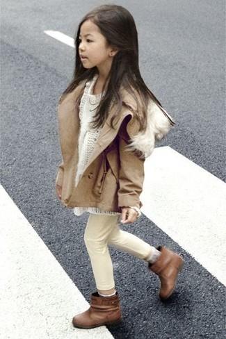 Cómo combinar: botas marrónes, vaqueros en beige, jersey blanco, chaqueta marrón claro