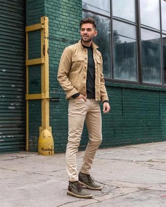Cómo combinar: botas casual de lona verde oscuro, vaqueros en beige, jersey con cuello circular verde oscuro, chaqueta estilo camisa marrón claro