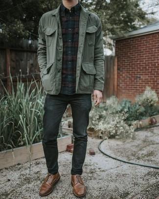 Combinar una chaqueta estilo camisa verde oscuro: Usa una chaqueta estilo camisa verde oscuro y unos vaqueros en gris oscuro para un look diario sin parecer demasiado arreglada. ¿Te sientes valiente? Elige un par de zapatos derby de cuero marrónes.