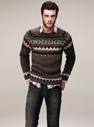Cómo combinar: vaqueros en gris oscuro, camisa de manga larga de tartán marrón, jersey con cuello circular de grecas alpinos marrón