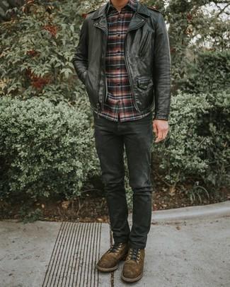Combinar una chaqueta motera de cuero negra: Empareja una chaqueta motera de cuero negra con unos vaqueros en gris oscuro para cualquier sorpresa que haya en el día. Haz botas casual de ante marrónes tu calzado para mostrar tu inteligencia sartorial.