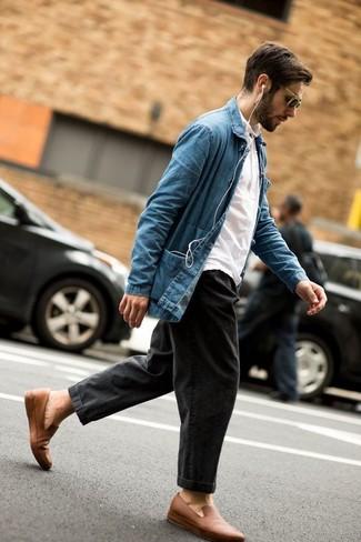 Cómo combinar: mocasín de cuero marrón claro, vaqueros en gris oscuro, camisa polo blanca, chaqueta estilo camisa vaquera azul