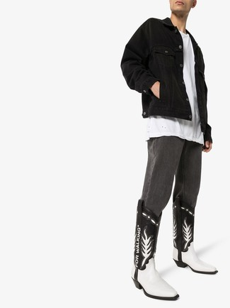 Cómo combinar: botas camperas de cuero en negro y blanco, vaqueros en gris oscuro, camiseta con cuello circular blanca, chaqueta vaquera negra