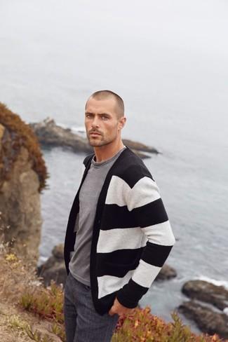 Cómo combinar: vaqueros en gris oscuro, camiseta con cuello circular gris, cárdigan de rayas horizontales en negro y blanco