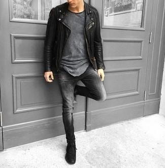 Combinar unas deportivas negras: Usa una chaqueta motera de cuero negra y unos vaqueros en gris oscuro para lidiar sin esfuerzo con lo que sea que te traiga el día. ¿Quieres elegir un zapato informal? Elige un par de deportivas negras para el día.