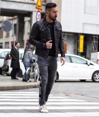 Cómo combinar: tenis de cuero en blanco y negro, vaqueros desgastados en gris oscuro, camiseta con cuello circular negra, chaqueta estilo camisa de cuero negra