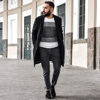 Cómo combinar: botines chelsea de ante negros, vaqueros en gris oscuro, jersey con cuello circular de rayas horizontales en blanco y negro, abrigo largo negro