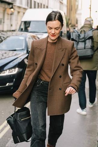 Cómo combinar: mochila con cordón de cuero negra, vaqueros en gris oscuro, jersey con cuello circular marrón, blazer cruzado de lana de pata de gallo marrón