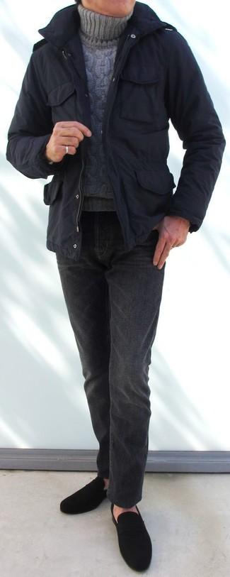 Cómo combinar: mocasín de ante negro, vaqueros en gris oscuro, jersey de cuello alto de punto gris, parka negra