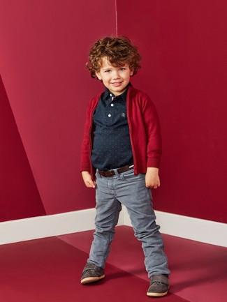 Cómo combinar: zapatillas en marrón oscuro, vaqueros grises, camisa polo negra, cárdigan rojo