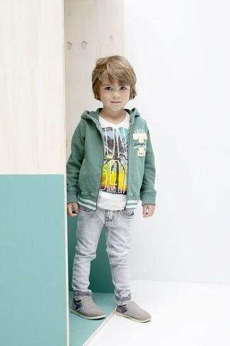 Cómo combinar: zapatillas grises, vaqueros grises, camiseta blanca, sudadera con capucha verde
