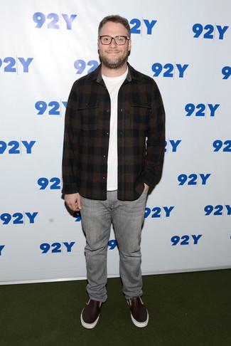 Cómo combinar: zapatillas slip-on de cuero burdeos, vaqueros grises, camiseta con cuello circular blanca, camisa de manga larga de franela a cuadros en marrón oscuro