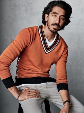 Cómo combinar: vaqueros grises, camiseta con cuello circular blanca, jersey de pico naranja