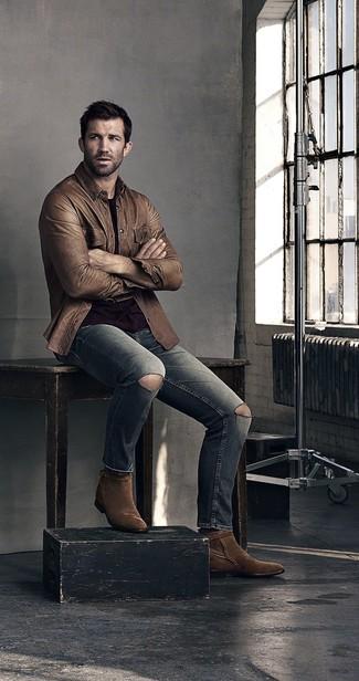 Cómo combinar: botas camperas de ante en marrón oscuro, vaqueros desgastados grises, camiseta con cuello circular negra, chaqueta estilo camisa de cuero marrón
