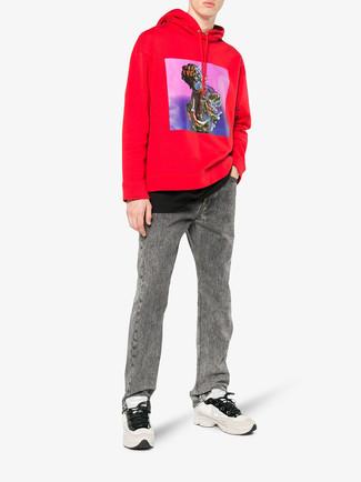 Cómo combinar: deportivas en beige, vaqueros grises, camiseta con cuello circular negra, sudadera con capucha estampada roja