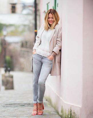 Cómo combinar: sandalias de tacón de cuero rojas, vaqueros grises, jersey con cuello circular blanco, abrigo en beige