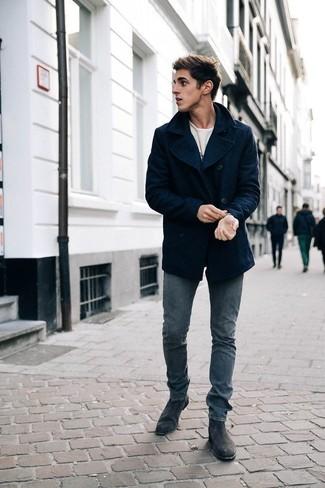Combinar unos botines chelsea de ante en gris oscuro: Elige un chaquetón azul marino y unos vaqueros grises para después del trabajo. Activa tu modo fiera sartorial y haz de botines chelsea de ante en gris oscuro tu calzado.