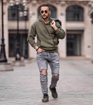 Combinar una chaqueta vaquera gris: Considera ponerse una chaqueta vaquera gris y unos vaqueros desgastados grises transmitirán una vibra libre y relajada. Si no quieres vestir totalmente formal, completa tu atuendo con deportivas verde oliva.