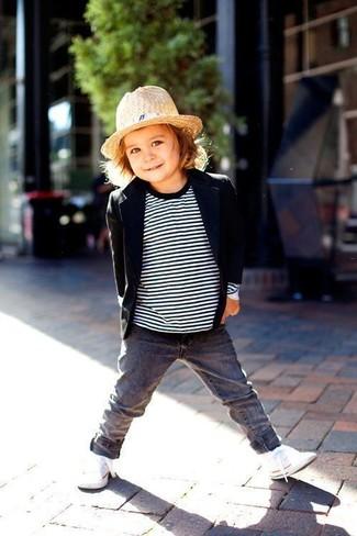 Cómo combinar: zapatillas blancas, vaqueros grises, jersey de rayas horizontales en blanco y negro, blazer negro