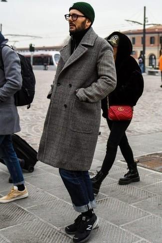 Combinar un abrigo largo con unos vaqueros: Un abrigo largo y unos vaqueros son una gran fórmula de vestimenta para tener en tu clóset. Deportivas negras contrastarán muy bien con el resto del conjunto.