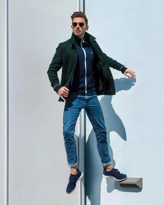 Cómo combinar: tenis de lona azul marino, vaqueros azules, jersey con cremallera azul marino, chaquetón verde oscuro
