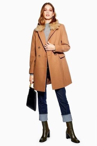 Cómo combinar: botines chelsea de cuero en marrón oscuro, vaqueros azul marino, jersey con cuello circular gris, abrigo con cuello de piel marrón claro