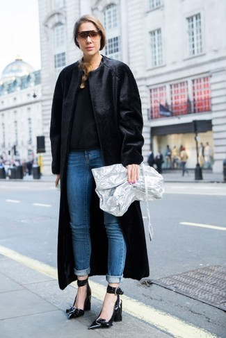 Cómo combinar: zapatos de tacón de cuero negros, vaqueros azules, jersey con cuello circular negro, abrigo de piel negro