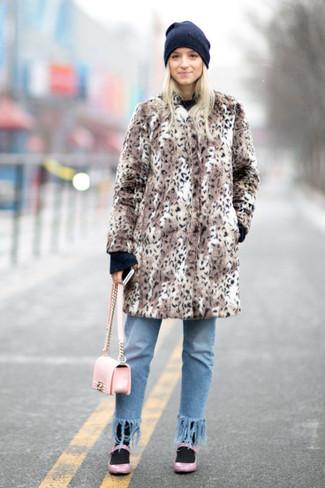 Cómo combinar: bailarinas de cuero rosadas, vaqueros сon flecos celestes, jersey con cuello circular negro, abrigo de piel de leopardo marrón