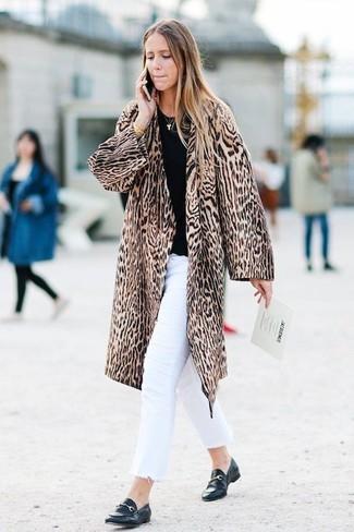 Cómo combinar: mocasín de cuero negros, vaqueros blancos, jersey con cuello circular negro, abrigo de piel de leopardo marrón