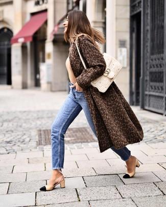 Cómo combinar: zapatos de tacón de cuero en negro y marrón claro, vaqueros azules, jersey con cuello circular marrón claro, abrigo de piel de leopardo en marrón oscuro