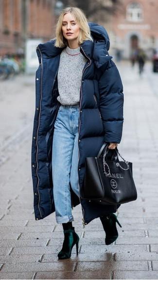 Cómo combinar: botines de terciopelo verde oscuro, vaqueros celestes, jersey con cuello circular gris, abrigo de plumón azul marino