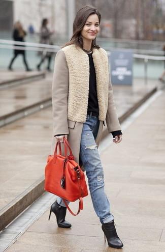 Combinar un abrigo en beige: Opta por un abrigo en beige y unos vaqueros desgastados celestes para una vestimenta cómoda que queda muy bien junta. Botines de cuero negros son una opción grandiosa para complementar tu atuendo.