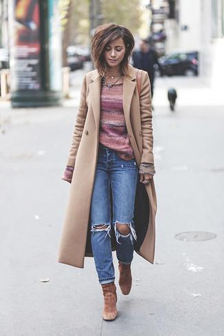 Cómo combinar: botines de ante marrónes, vaqueros desgastados azules, jersey con cuello circular de rayas horizontales rosado, abrigo en beige