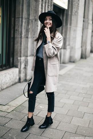 Cómo combinar: botines chelsea de cuero negros, vaqueros desgastados negros, jersey con cuello circular azul marino, abrigo gris