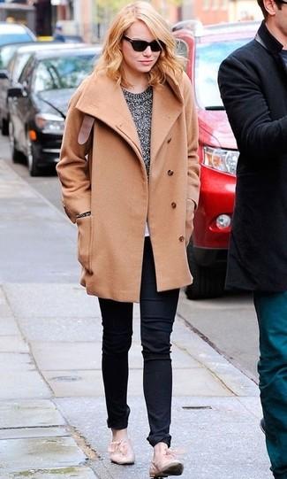 Cómo combinar: mocasín de cuero en beige, vaqueros negros, jersey con cuello circular gris, abrigo marrón claro