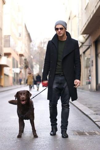 Cómo combinar: botines chelsea de cuero negros, vaqueros en gris oscuro, jersey con cuello circular verde oliva, abrigo largo negro