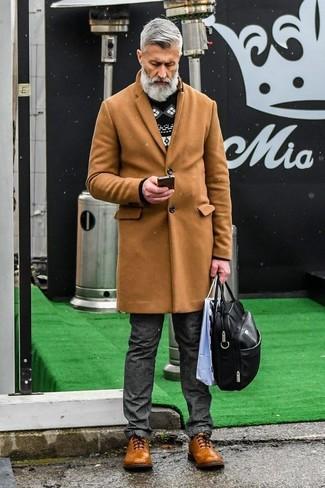Cómo combinar: zapatos brogue de cuero marrónes, vaqueros en gris oscuro, jersey con cuello circular de grecas alpinos en negro y blanco, abrigo largo marrón claro