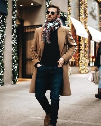 Cómo combinar: botines chelsea de ante marrónes, vaqueros azul marino, jersey con cuello circular negro, abrigo largo marrón claro