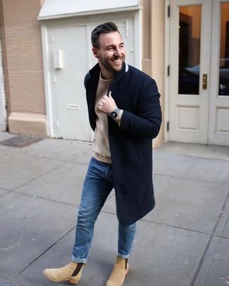 Cómo combinar: botines chelsea de ante en beige, vaqueros azules, jersey con cuello circular de punto marrón claro, abrigo largo azul marino